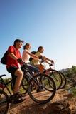 自行车骑士朋友 免版税库存图片