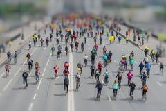 自行车骑士游行在市中心 许多都市循环的马拉松 青年时期,与儿童乘驾自行车的家庭 现代 免版税库存图片