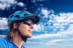 自行车骑士玻璃盔甲年轻人 免版税库存照片