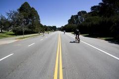 自行车骑士给金黄公园装门 库存图片