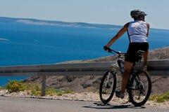 自行车骑士观察视图 免版税库存图片