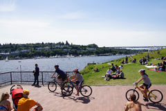 自行车骑士采取休息中止 免版税图库摄影
