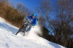 自行车骑士雪 免版税库存照片