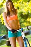 自行车骑士骑马在公园 库存图片