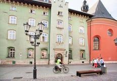 自行车骑士仓促过去历史大厦 免版税库存照片