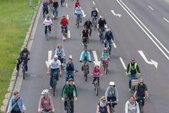 自行车骑士`游行在马格德堡,德国上午17 06 2017年 不同的年龄乘驾自行车的许多人民 免版税库存图片