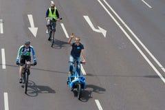 自行车骑士`游行在马格德堡,德国上午17 06 2017年 天行动 许多快乐的人乘驾自行车 免版税图库摄影