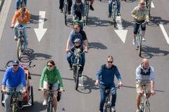 自行车骑士`游行在马格德堡,德国上午17 06 2017年 有儿童乘驾自行车的父母在马格德堡 免版税图库摄影