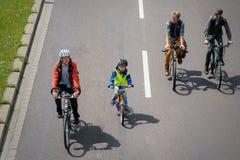 自行车骑士`游行在马格德堡,德国上午17 06 2017年 有孩子的父母在市中心 库存照片