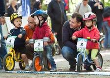 自行车骑自行车的人儿童竞争年轻人 库存照片