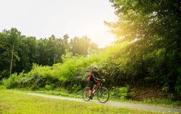 自行车骑马妇女年轻人 免版税图库摄影