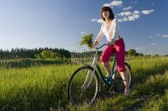 自行车骑马妇女 库存图片