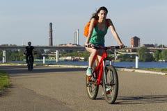 自行车骑马的女孩 图库摄影