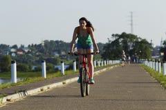 自行车骑马的女孩 库存照片