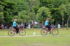 自行车,他们骑自行车 免版税库存图片