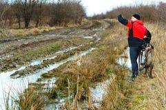 自行车,土,路,土,水坑,指定道路走领域 库存图片