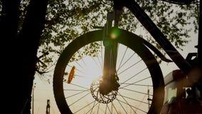 自行车,在天空蔚蓝与葡萄酒颜色,晒黑的今后自行车剪影的太阳场面的美好的关闭在日落的  影视素材