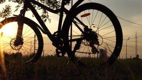 自行车,在天空蔚蓝与葡萄酒颜色,晒黑的今后自行车剪影的太阳场面的美好的关闭在日落的  股票视频