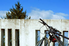 自行车,旅游业,旅行,树,墙壁,旅途,天空,桥梁 免版税库存照片