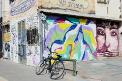 自行车2月2019年,停放了街道艺术大厦,弗洛朗坦处所,特拉维夫 库存图片