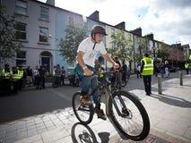 自行车bmx男孩跳的山 免版税库存照片