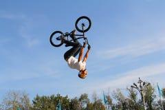 自行车bmx的少年 免版税库存照片