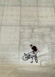 自行车bmx车手年轻人 免版税库存图片