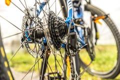 自行车chainrings特写镜头齿轮设置了 免版税库存照片