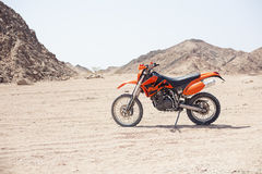 自行车KTM在沙漠 图库摄影