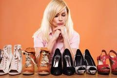 自觉方式穿上鞋子妇女 库存图片
