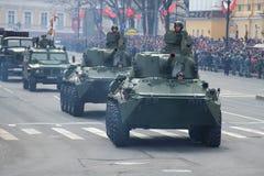 自走火炮开枪`在军事游行的NonaS `以纪念胜利天 图库摄影