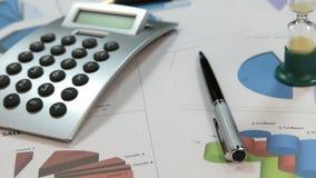 自转、财政图表和图与滴漏和计算器 股票视频