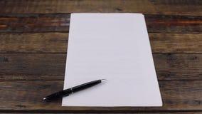 自转,说谎在一个空白纸的笔,与您的文本的一个地方 股票视频