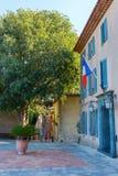自治市的前院在Grimaud,法国 免版税库存图片