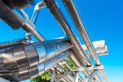 致冷物或蒸汽制造业的管道和绝缘材料在工业的油和煤气,在精炼厂的石油化学的分配管的 免版税库存照片