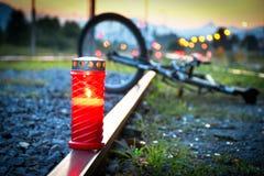 致命自行车骑士和火车车祸事故 库存照片