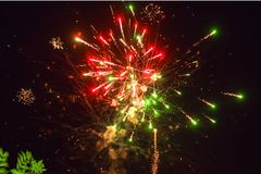致敬的照片在夜空的 欢乐烟花明亮的纹理  与各种各样的颜色firewor的抽象假日背景 图库摄影