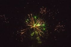 致敬的照片在夜空的 欢乐烟花明亮的纹理  与各种各样的颜色firewor的抽象假日背景 免版税图库摄影