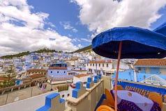 舍夫沙万市著名蓝色颜色和咖啡馆在老镇 库存图片