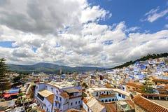 舍夫沙万蓝色房子有蓝天的在摩洛哥,非洲 免版税库存图片