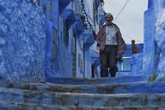舍夫沙万,摩洛哥- 2017年2月, 19 :走在舍夫沙万蓝色麦地那的未认出的人  免版税库存图片