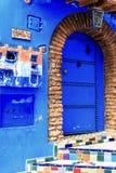 舍夫沙万,有蓝色被绘的房子的一个城市 有狭窄,美丽,蓝色街道的一个城市 免版税库存照片