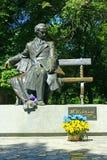舍甫琴科T 纪念碑在有菊花花束的切尔尼戈夫  库存图片
