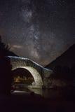 舒展上面和老桥梁的星系 免版税图库摄影