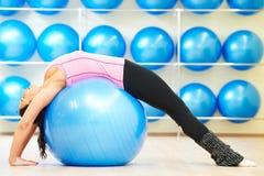 舒展与健身球的锻炼 免版税库存图片