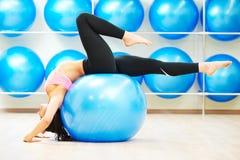舒展与健身球的锻炼 免版税库存照片