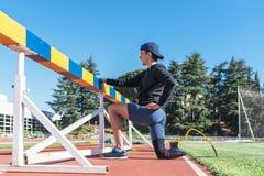 舒展与腿假肢的残疾人运动员 残奥体育概念 库存图片