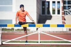舒展与腿假肢的残疾人运动员 免版税库存图片