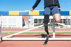 舒展与腿假肢的残疾人运动员 库存照片