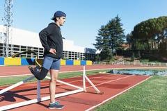 舒展与腿假肢的残疾人运动员 库存图片